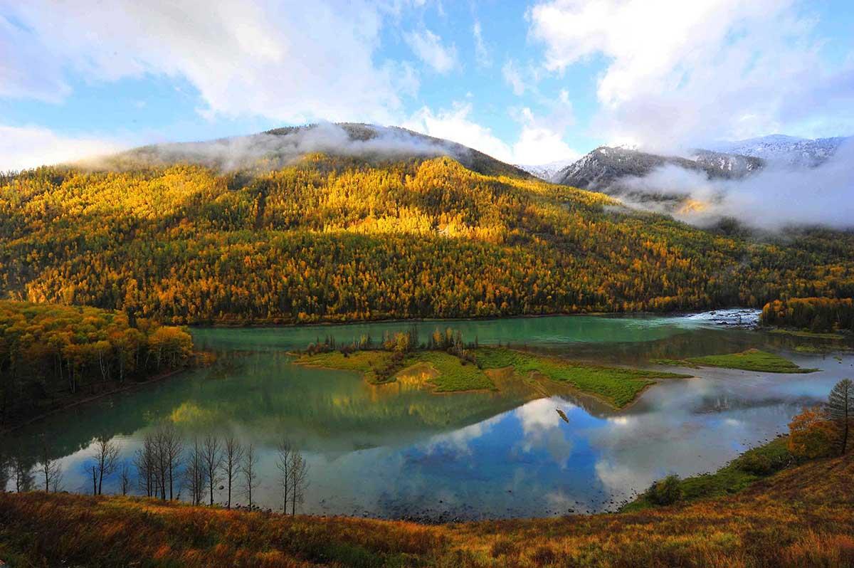 喀纳斯风景区位于新疆阿尔泰山中段,地处中国与哈萨克斯坦,俄罗斯